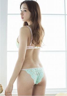 岡田紗佳(岡田さやか)長い髪の美人の下着の後ろ姿.jpg