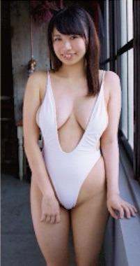 西堀智美さんは小柄で可愛い巨乳美人.jpg
