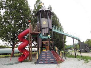 ひばり公園の大きなローラー滑り台.JPG