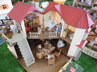 シルバニアファミリーのドールハウスと人形.jpg