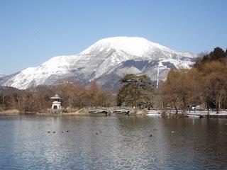 三島池と伊吹山.jpg