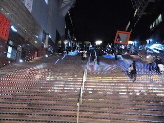 京都駅ビルの大階段グラフィカルイルミネーション.jpg