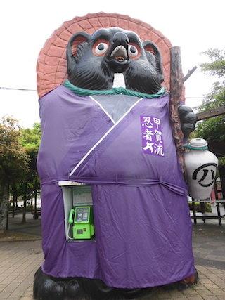 信楽高原鉄道の信楽駅前の信楽タヌキの巨大オブジェ.jpg