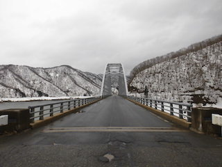 冬の九頭竜湖と大谷橋の雪景色.jpg