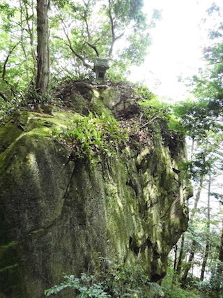 出迎不動の巨岩.jpg
