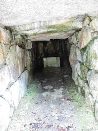 古墳の石室の中に石棺が安置.jpg