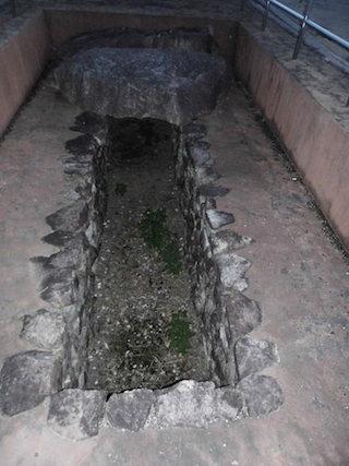 天乞山古墳の竪穴式石室.jpg