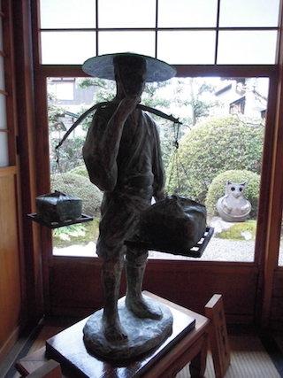 天秤棒を担いだ近江商人(江州商人).jpg