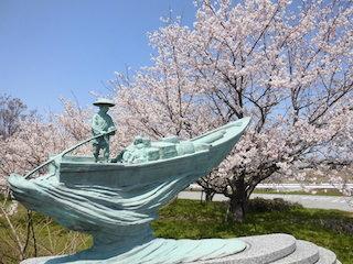 宇曽川沿いの須三嶺大橋の桜とオブジェ.jpg