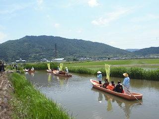 安土城の外堀跡の水路で和船と田園の風景.jpg