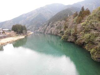 岐阜県関市の美しすぎる池.jpg