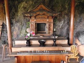 岩屋善光堂の仏像と岩石.jpg