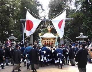 建部まつり御神輿の渡御と日の丸(日章旗).jpg