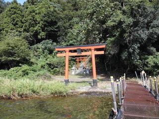 弁財天の琵琶湖に面した赤い鳥居.JPG