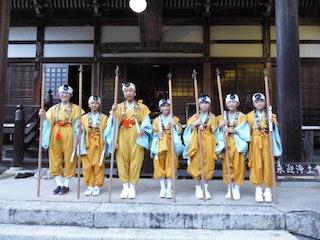 引接寺の万燈供養の小学生.jpg