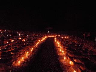 引接寺の万燈供養(ロウソクの炎の道).jpg