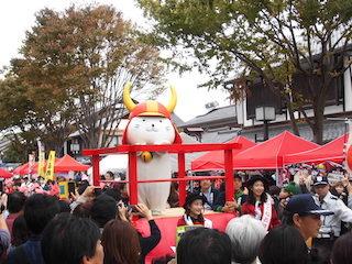 彦根市のキャラクター「ひこにゃん」が乗る曳山の巡行パレード.jpg