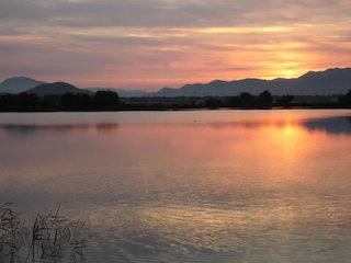 日の出と伊庭内湖の朝焼けの美しい景色.jpg