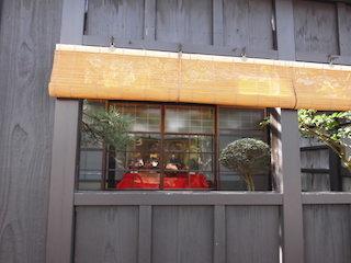 日野近江商人の屋敷の桟敷窓から見えるひな人形.jpg
