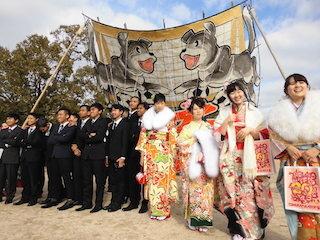 東近江市の成人式の振袖姿の女性.jpg