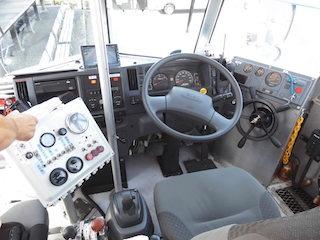 水陸両用バスの運転席と仕組み.jpg