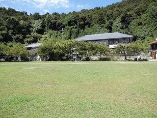 沖島小学校のグラウンド.JPG
