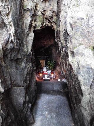 洞窟にある石仏(仏様).jpg