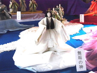 無垢の神は白無垢の十二単の立ち雛人形.jpg