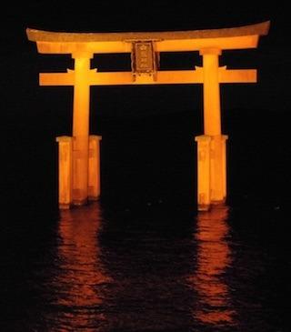 白鬚神社の琵琶湖に浮かぶ大鳥居ライトアップ.jpg