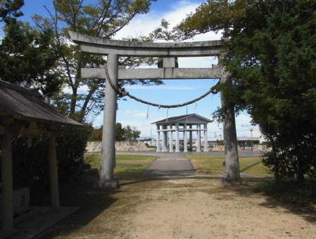 神社の鳥居と公園