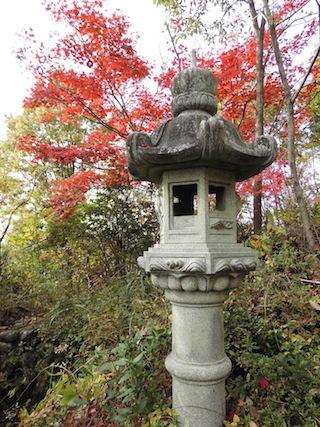紅葉と石灯篭.jpg