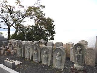 薩摩町墓地公園のお地蔵様と琵琶湖の景色.jpg