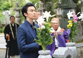 西教寺の明智光秀の墓前で手を合わせる長谷川博己.jpg