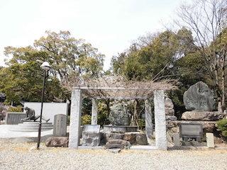 護国神社の拓魂碑と花塚.jpg