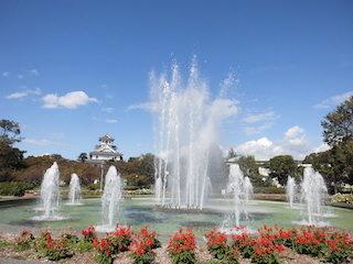 長浜城と豊公園の噴水.jpg