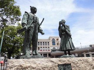 長浜駅前にある豊臣秀吉と石田三成の像と三献の茶の話.jpg