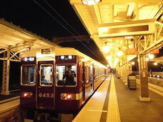 阪急嵐山駅と阪急電車.jpg