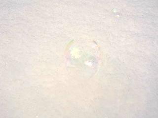 雪の上のシャボン玉.jpg