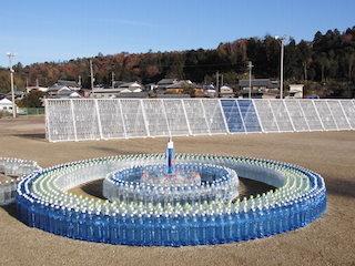 青い地球をイメージしたペットボトル芸術作品.jpg