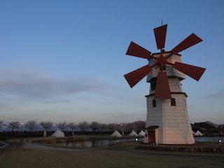 風車のあるグランピング施設.jpg