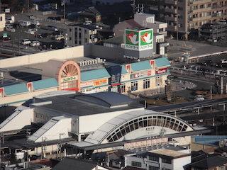 JR琵琶湖線の能登川駅前とフレンドマート平和堂.jpg