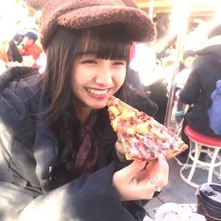 ピザを食べる美少女.jpg