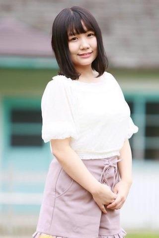 椿理穂は黒髪清楚な女の子.jpg