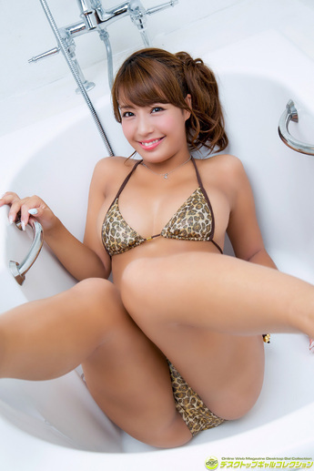 橋本梨菜のヒョウ柄の水着姿.jpg